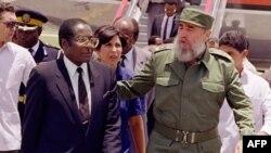 Fidel Castro y Robert Mugabe, en junio de 1992, en La Habana.