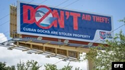 """""""Don't Aid Theft: Cuban docks are stolen property"""" (""""No ayudes a robar: los muelles cubanos son propiedad robada"""")."""