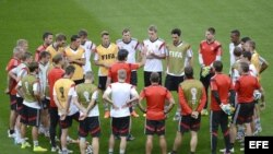 El entrenador Joachim Löw habla al equipo alemán durante un entrenamiento en el estadio Mineirao de Belo Horizonte.
