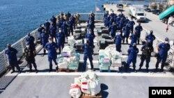Guardia Costera tras la captura 6,800 libras de cocaína en el Caribe