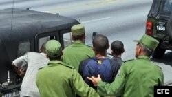 Un grupo de hombres del MININT realiza un arresto en La Habana.