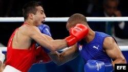 Shakhram Giyasov de Uzbekistón (rojo) y Roniel Iglesias de Cuba (azul) durante el combate de los 69kg.