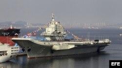 El primer portaaviones chino, Liaoning, cuando estaba en los astilleros de Dalian, China.