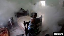Fumigación de un dormitorio en La Habana.Foto Archivo REUTERS/Desmond Boylan