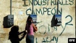 Cuba posee un teléfono público por cada 206 habitantes, sin tener en cuenta los que se encuentran averiados