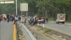 Policía impide que caravana de migrantes avance al norte de México
