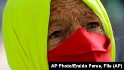 Una mujer participa en una protesta por el manejo gubernamental del COVID-19 en Brasilia, Brasil. AP Photo/Eraldo Peres