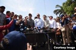 Rubio, el embajador Trujillo, el congresista Díaz-Balart y el embajador de Colombia ante EEUU Francisco Santos hablan con los medios de prensa desde el Puente Simón Bolívar en Cúcuta, Colombia. (Fotos cortesía de la oficina del senador Rubio)