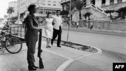 En esta imagen tomada en 1962 una miliciana custodia una calle de La Habana.
