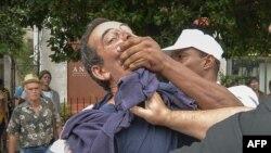 El periodista independiente Lázaro Yuri Valle fue sometido por las autoridades en plena vía pública.