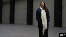 """Tania Bruguera en el Turbine Hall del Tate Modern en Londres, en la apertura de su trabajo """"Tania Bruguera: 10,148,451"""", el 1 de octubre de 2018."""