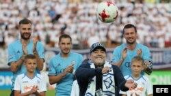 Maradona patea un balón antes de un partido entre el FC Dinamo Brest y el FC Shakhtyor.
