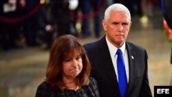 Vicepresidente Pence en la capilla ardiente de John McCain en el Capitolio