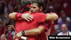 Federer y Wawrinka se funden en un abrazo tras vencer a Richard Gasquet y Julien Benneteau.