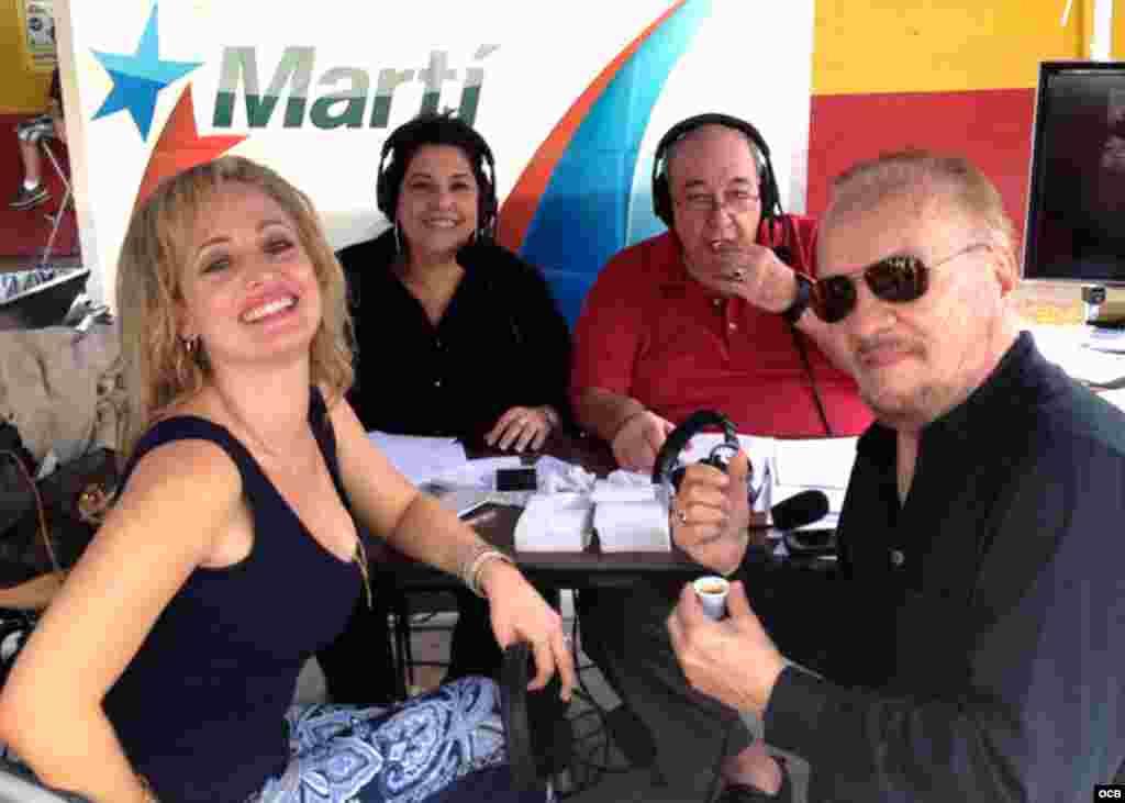 Un equipo de Radio Martí, de izq. a der. los periodistas Karen Caballero, Alfredo Jacomino, Ramón Morell de Oro posa junto a un invitado de lujo, el músico Carlos Oliva.