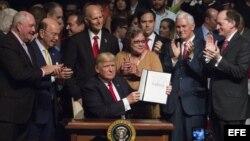 El presidente Donald Trump firma el memorando presidencial sobre la política con Cuba.
