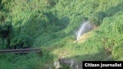 Reporta Cuba. Escape de agua de tuberías próximas al río Ariguanabo. Foto: Bárbara Fernández.