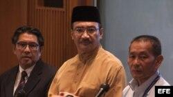 El director de la Autoridad de la Aviación Civil de Malasia, Azharudin Abdul Rahman, el titular de Defensa y ministro interino de Transporte malasio, Hishamudin Husein, y el director general de Malaysia Airlines, Ahmad Jauhari Yahya.