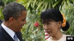 El presidente estadounidense Barack conversa con la líder de la oposición birmana Aung San Suu Kyi a su llegada a la casa de la Premio Nobel de la Paz.