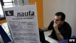 Varias personas se conectan a internet desde una sala de navegaciión en La Habana