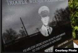 Tarja dedicada por los patrulleros de Nueva Jersey a su compañero Werner Forster, asesinado en 1973 por Joanne Chesimard.