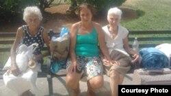 Hortensia Alfonso Vega junto a su madre y su tía viven en el parque de Colón