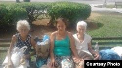 Hortensia Alfonso Vega junto a su madre y su tía viven en el parque de Colón.