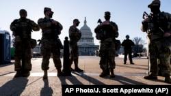 Miembros de la Guardia Nacional de Michigan y la Policía del Capitolio de EE.UU. vigilan los terrenos del Capitolio el 3 de marzo de 2021.
