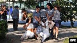 En esta foto de archivo la policía reprime a dos integrantes de as Damas de Blanco.