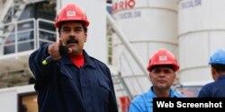 Manuel Quevedo, actual presidente de PDVSA , inspecciona una planta junto a Nicolás Maduro.