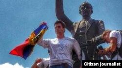 @leopoldolopez llega a Chacaito y se dirige a la concentración desde la estatua de José Martí pic.twitter.com/nSCfQADfh6