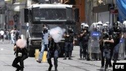 Policías antidisturbios turcos disparan botes de gas lacrimógeno contra manifestantes