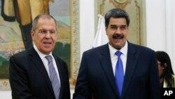 El gobernante venezolano Nicolás Maduro y el ministro de Relaciones Exteriores de Rusia, Serguéi Lavrov, en Caracas, el 7 de febrero del 2020.