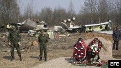 MOS64 SMOLENSK (RUSIA) 30/10/2012.- Imagen de archivo distribuida hoy martes 30 de octubre de 2012 que muestra a un grupo de soldados rusos haciendo guardia junto a los restos del avión del gobierno polaco Tupolev Tu-154, que se estrelló cerca de Smolensk
