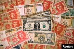 Billetes utilizados en Cuba en las últimas décadas. REUTERS/Desmond Boylan