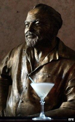 Estatua de Ernest Hemingway en el restaurante Floridita de La Habana.