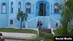 Olivera Castillo y su esposa Nancy Alfaya a la salida de la unidad policial. Foto Movimiento San Isidro.