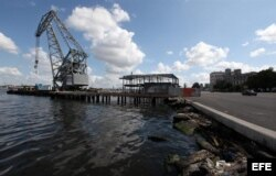 El puerto viejo de La Habana, en la bahía de la ciudad y al borde de su casco histórico, se prepara para transformarse en un renovado paseo marítimo.