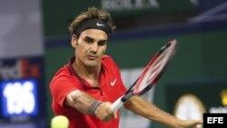 Roger Federer devuelve la pelota al español Roberto Bautista Agut durante el partido de tercera ronda del Másters 1.000 de Shanghái (China), el jueves 9 de octubre de 2014.