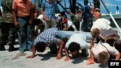 Foto de archivo de exiliados cubanos que llegan en barcos durante el éxodo del Mariel.