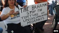 Imagen de archivo de activistas cubanos en Miami en protesta contra el gobierno de Bahamas por detención de migrantes cubanos.