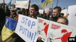Varios ucranianos protestan cerca de la Embajada de Rusia en Kiev (Ucrania).