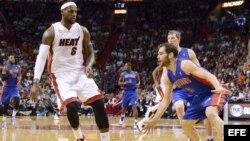 Miami Heat LeBron James (I) 23 de marzo en Detroit.