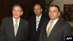 Raúl Castro, el entonces secretario del consejo de Ministro Carlos Lage (centro) y el entonces canciller Felipe Pérez Roque. Foto tomada 3 de abril de 2007.