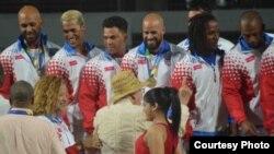 Humillación: el equipo de Puerto Rico, con solo un mes de preparación, recibe la medalla de oro del béisbol de los Centroamericanos de Barranquilla, tras desplazar a Cuba al segundo lugar. (El Nuevo Día)
