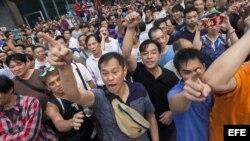Cientos de personas en contra de las protestas comenzaron a increpar a los manifestantes pro democracia para que acabaran la ocupación de las calles.