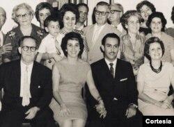 Mariano Esteva Lora, su esposa Mercedes y, entre ellos, su hija Mercy y Arsenio, el esposo de ésta. Detrás, con su nieto Cristóbal en los brazos, su hija María Teresa.