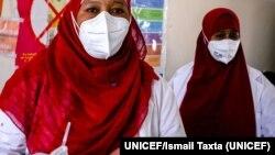Una trabajadora de salud prepara la vacuna COVID-19 para administrársela a una colega en el hospital de Mogadishu, Somalia, en que trabajan. Foto: UNICEF/Ismail Taxta.