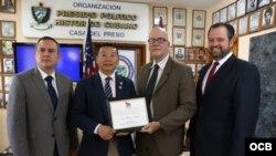 """De izquierda a derecha Jorge Vilena, Dr. Yang Jianli, Orlando Gutirerrez Boronat y Rene Bolio con el reconocimiento entregado por el exilio cubano durante la conferencia de Prensa """"La Comisión de Justicia de Cuba"""""""