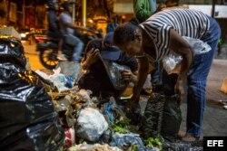 Venezolanos buscan comida entre bolsas de basura en Caracas. (Archivo)